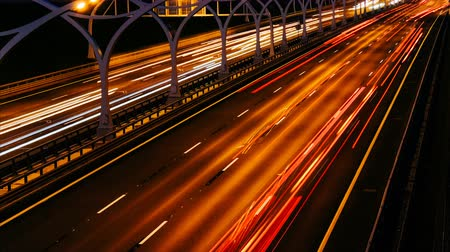 embouteillages : Time lapse evening highway. Blurry cars on long exposure