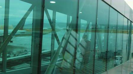 gangway : Passengers are landing at a telescopic transparent ladder on the plane Stock Footage
