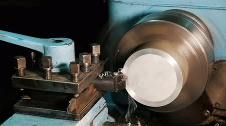 стружки : Worker processes an aluminum billet on a lathe. close up in slow motion