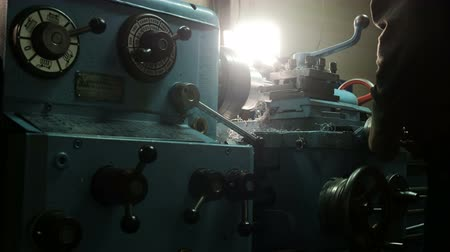 alumínium : Metal processing on a lathe. The operator processes aluminum parts on a lathe in the workshop. Stock mozgókép