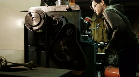 metal işi : Turner is working on a turning lathe at the metal constructions factory. Metal industry.Measures with a caliper