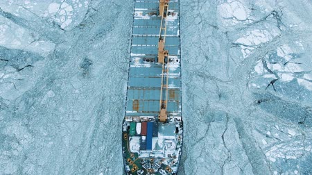ijsschots : Aerial view. The big ship sails through the sea ice in the winter, close-up Stockvideo