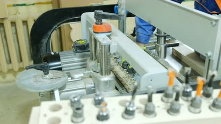 substituição : Carpenter is changing the drill bit on a drill woodworking machine, closeup