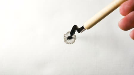 füller : man hand holding fountain pen drops ink into clear water