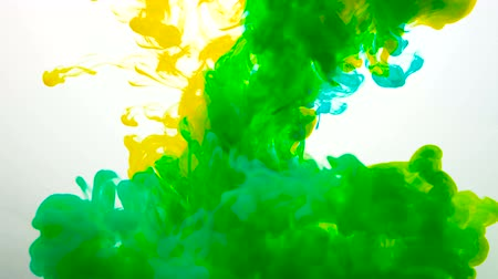 dizayn : mixed yellow and blue liquid ink clouds form bright green Stok Video