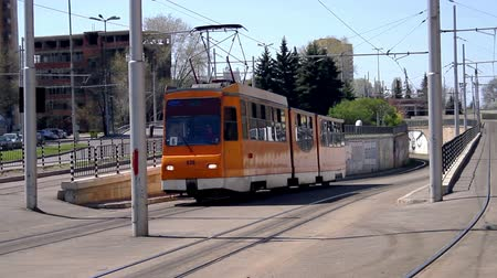 praag : Oude Tram Passen in Europa Crane shot HD Stockvideo