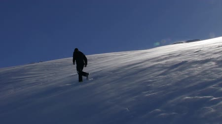 noordpool : Man Walking Down a Mountain Helling Winter Aardachtergrond HD
