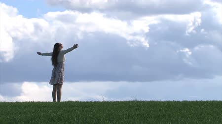 рука : Woman with outstretched hands on a spring field
