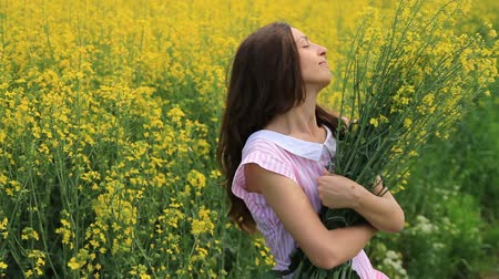 venkovský : Beautiful Woman in Retro Dress Relaxing Holding Yellow Flowers Summer Field HD