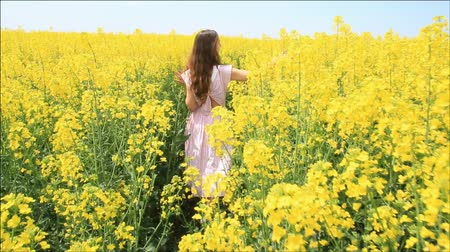 polního : Female Model in Vintage Dress Walking through Yellow Field Touching Grass HD