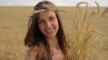 dospělý : Happy Hippie Woman Holding Wheat Beauty Crop Agriculture Bread Concept HD Dostupné videozáznamy