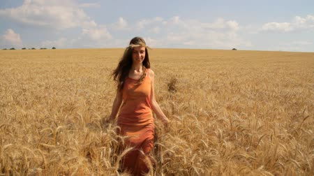çevre : Beautiful Happy Woman Hippie Dress Passing Through Wheat Field Healthy Concept