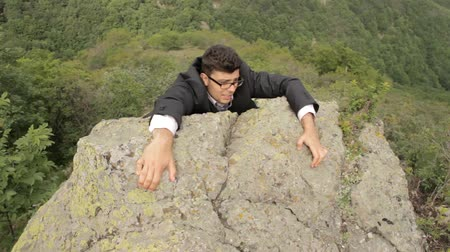 taş : Business Risk for Success Businessman Hanging from Cliff Concept Background HD