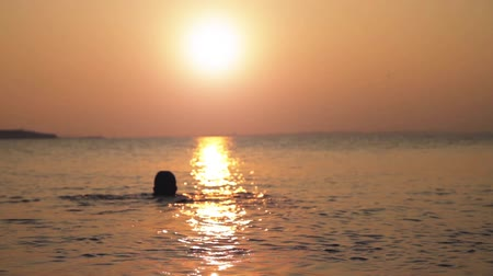jimnastik : Man Swimming at Sunset Background HD