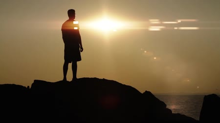 wspinaczka : Sun Lens Flare Silhouette Man Victory Pose HD Wideo