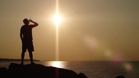 narciarz : Water Thirst Man Silhouette Cliff Hiker Sunset HD Wideo
