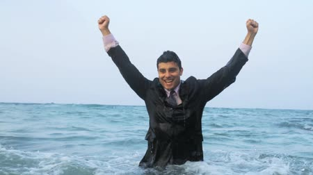 main dans la main : Victory Pose dans l'eau Business Success Celebration HD Vidéos Libres De Droits