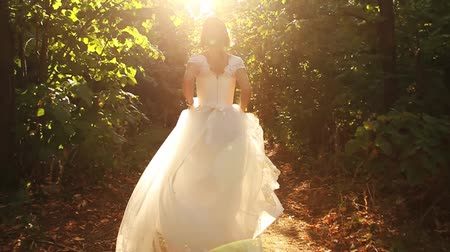 harikalar diyarı : Young Woman Beauty Running in Forest Runaway Bride Concept Stok Video