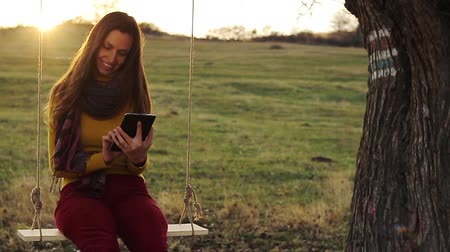 ormanda yaşayan : Pretty Young Woman Using Tablet Outdoors Nature Technology