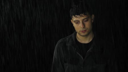 бедный : Young Man Standing Wet in Rain Depression Sadness Loneliness Стоковые видеозаписи