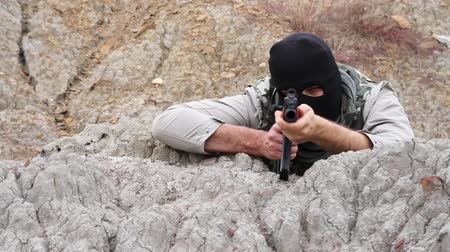 терроризм : War Terrorist Assasin Anarchist Aiming Shooting Rifle Rocks Стоковые видеозаписи