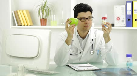 nutrição : Choosing Pills Over Healthy Alternative Fruit Apple Young Doctor Vídeos