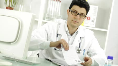 регистр : Medical Practitioner Doctor Signing and Handing RX Prescription