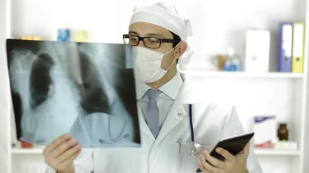 przychodnia : Doctor Comparing Xray and Tablet PC New Technology Concpet