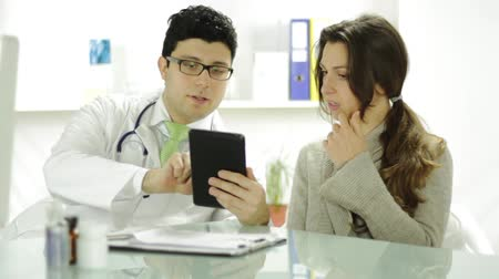 orvostudomány : Healthcare Technology Young Doctor Using Tablet to Show Patient