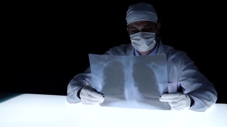 autoridade : Medical Detective Investigating Evidence Dark laboratory Lab