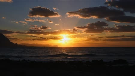 Сицилия : Time-lapse of beautiful golden sunset above the Mediterranean sea in Sicily.