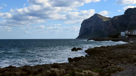 Сицилия : Time-lapse of Mediterranean sea, view from the Island of Women or Isola delle Femmine, Sicily, Italy