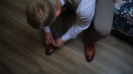 kahverengi : Man tying the laces on the brown shoes, oxfords. Stok Video