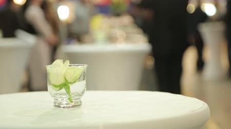 fa háttér : White rose in a glass on the table.