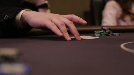 sprzedawca : Man knocks fingers on the table for poker.