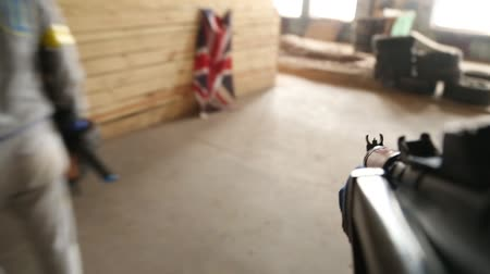 carabine : A guy with a gun first-person view. Stock Footage