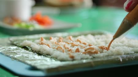 substituição : Sushi master pours the foundation for sushi with sause. Stock Footage