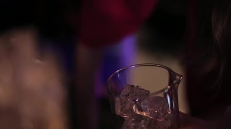 porce : Bartender pours a glass of ice closeup. Dostupné videozáznamy