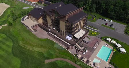поле для гольфа : A large house in a golf park aerial view.