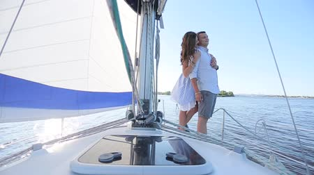 парусный спорт : couple standing on a yacht. Стоковые видеозаписи