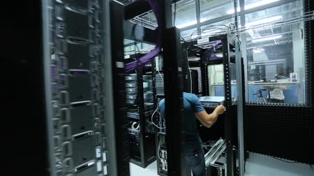 serwerownia : a man working in a server room. Wideo