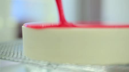 konserve : cheesecake poured with a syrup. Stok Video