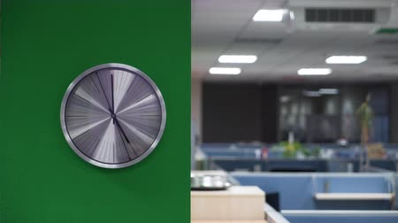 kvarc : Analog clock in the office.