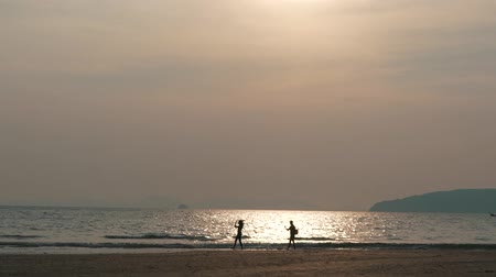 abraços : couple by the ocean at sunset