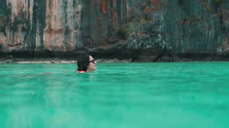 oceány : girl swims in turquoise oceans water