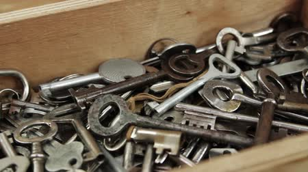 trou de serrure : Group of the metal keys to a door and furniture in the wooden box on the wooden background