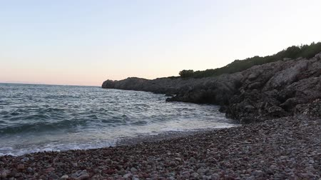 vítr : Waves are crashing against the rocks. Mediterranean sea. Video with sound.
