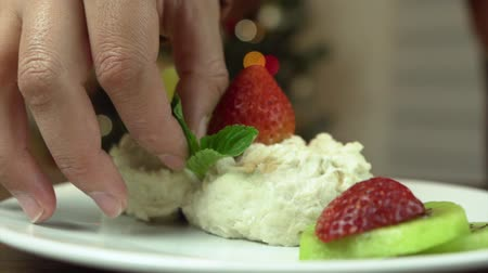creams : DESSERT WITH STRAWBERRY AND MINT