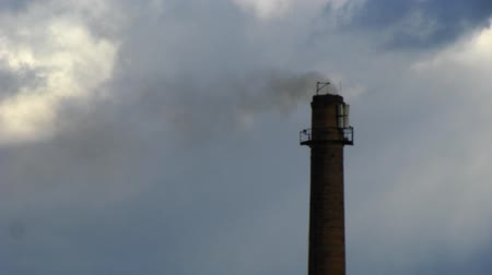 дымоход : Smoking power plant chimney timelapse with fast moving clouds Стоковые видеозаписи