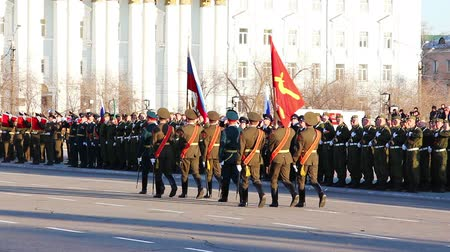 предъявитель : CHITA, RUSSIA - MAY 9: The parade of Chita garrison of Eastern Military District in honor of Victory Day. May 9, 2012 Стоковые видеозаписи